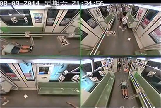 外国人が地下鉄車内で倒れ、乗客パニックに関連した画像-03