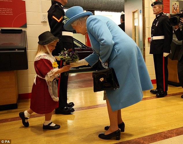 エリザベス女王に敬礼した衛兵の手が女の子の頭を直撃に関連した画像-02