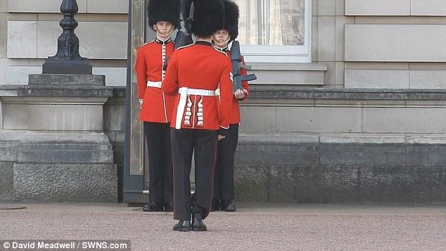 バッキンガム宮殿の衛兵転倒に関連した画像-02