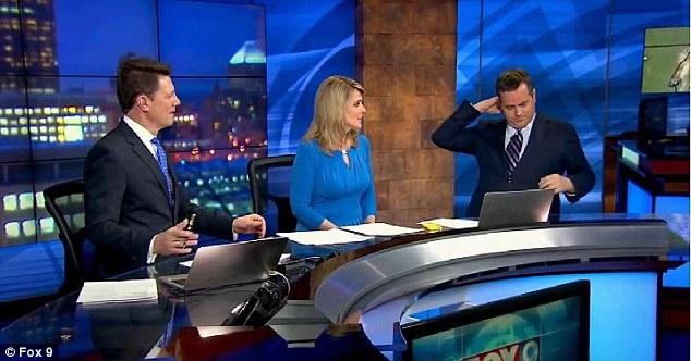 ミネソタの気象予報士、生放送中にスーツからハンガーを見つけるに関連した画像-02