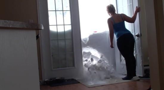 雪の壁を破壊して家に入るネコに関連した画像-03