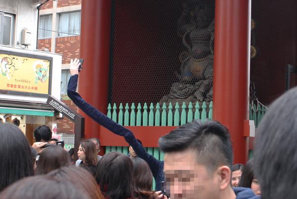 自撮り棒が恥ずかしい日本人男性、腕を長くすることを思いつくに関連した画像-09