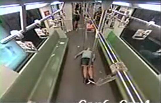 外国人が地下鉄車内で倒れ、乗客パニックに関連した画像-01