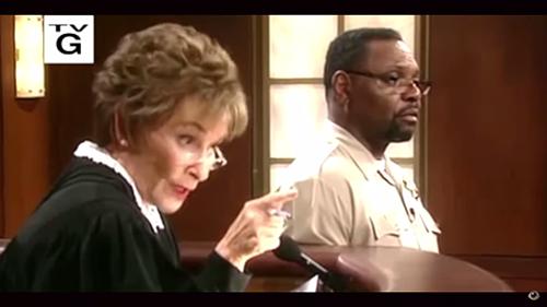 ジャッジ・ジュディの番組内で揉め事を解決するジュディ判事のワンシーン