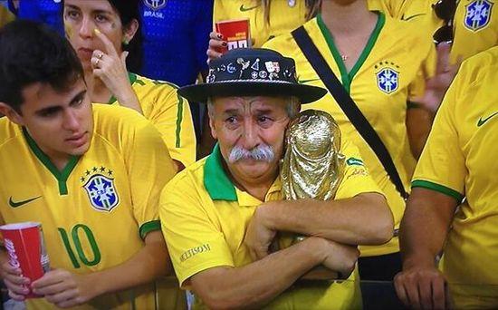 ブラジル惨敗でサポーターの表情が「悲しすぎる」に関連した画像-02