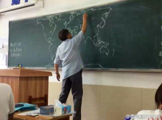 黒板にフリーハンドで世界地図を描いていく先生に関連した画像-04