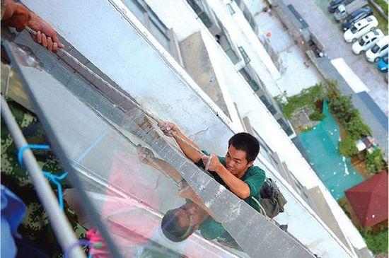 工事音にイラついたアニオタの中国人男児が、作業員の命綱を切断に関連した画像-02