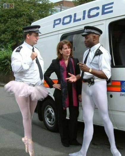 イギリスの治安を守る警察官たちの勇姿に関連した画像-05