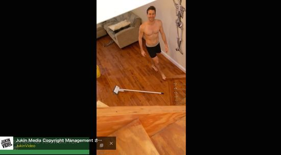 ノリノリで掃除するルームメイトに関連した画像-05
