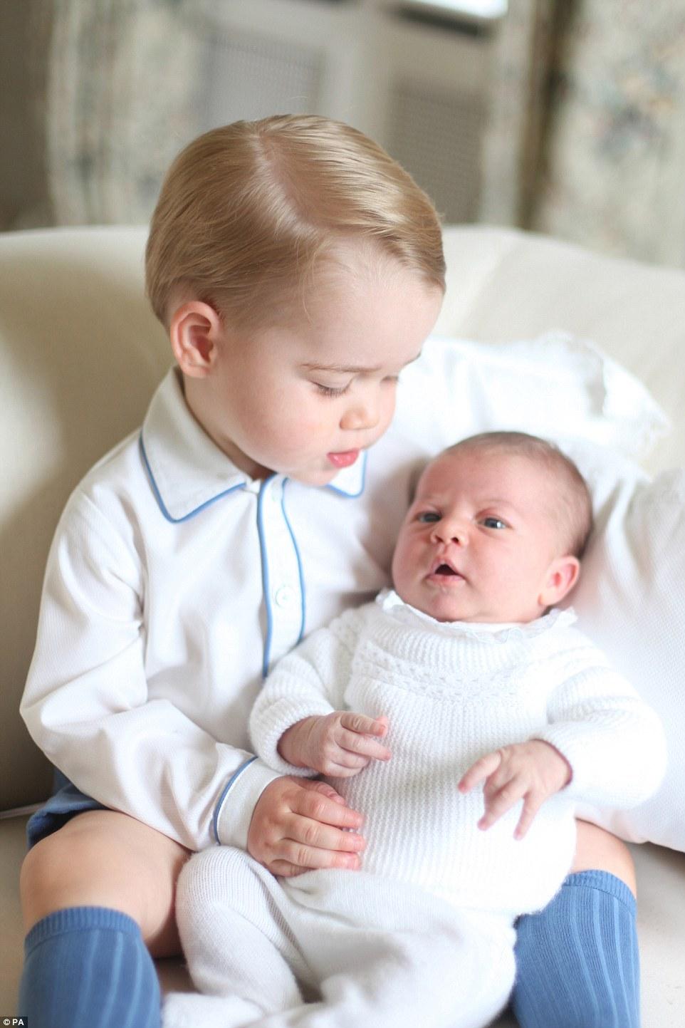 シャーロット王女にキスをする兄ジョージ王子に関連した画像-04