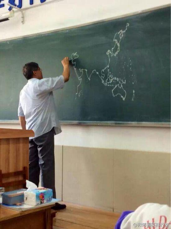 黒板にフリーハンドで世界地図を描いていく先生に関連した画像-03