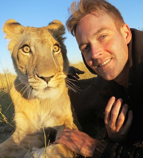 ライオンが愛情たっぷりに男性に抱きつくに関連した画像-05