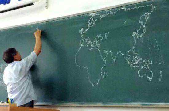 黒板にフリーハンドで世界地図を描いていく先生に関連した画像-01