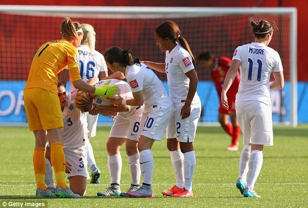 痛恨のオウンゴールで泣き崩れるイングランド選手に関連した画像-02