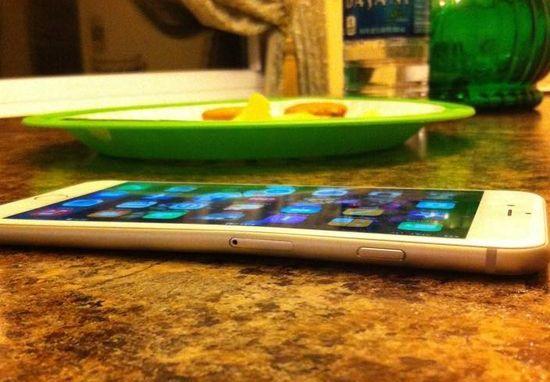 「iPhone6 Plus」をポケットにに関連した画像-03