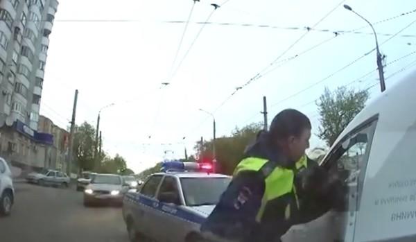 ロシアの警官が暴走車を制圧に関連した画像-03