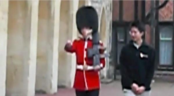 アジア人観光客が英国近衛兵をおちょくり、ライフルを向けられるに関連した画像-02
