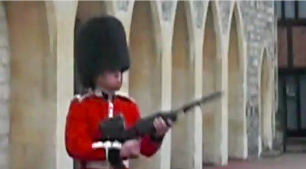 アジア人観光客が英国近衛兵をおちょくり、ライフルを向けられるに関連した画像-04