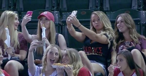 スマホに夢中の野球観戦女子に実況者が悲鳴に関連した画像-03