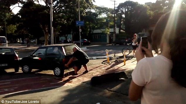 自転車レーンをふさぐ邪魔な車を持ち上げ動かす市民に関連した画像-01