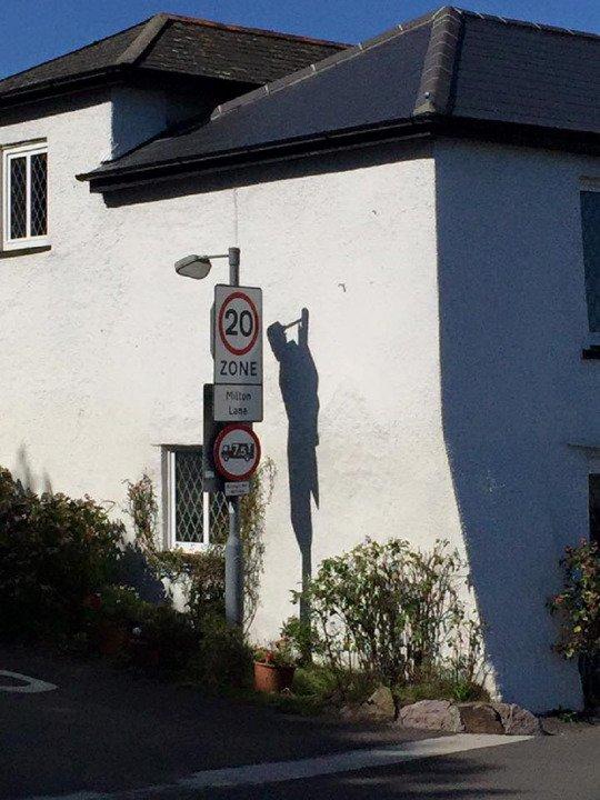 「首を吊った男性」の影に関連した画像-05