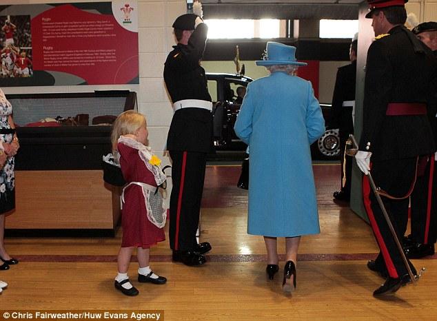 エリザベス女王に敬礼した衛兵の手が女の子の頭を直撃に関連した画像-04