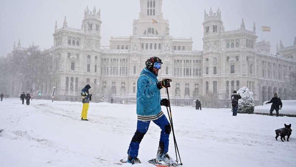 スペイン 大雪 雪合戦