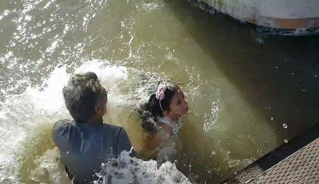 女の子がアシカに海に引きずり込まれてしまうに関連した画像-09