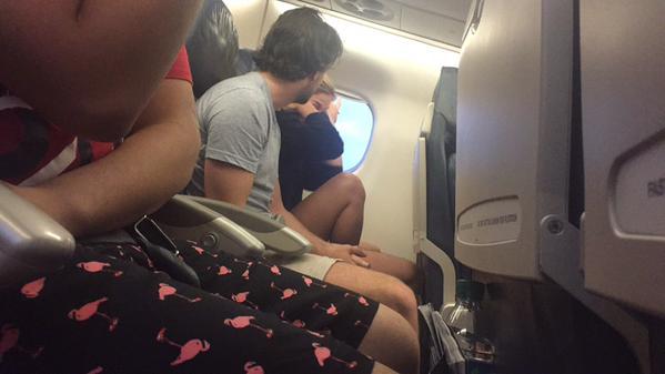 飛行機内でカップルが別れ話に関連した画像-01