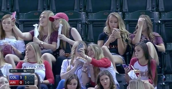 スマホに夢中の野球観戦女子に実況者が悲鳴に関連した画像-05
