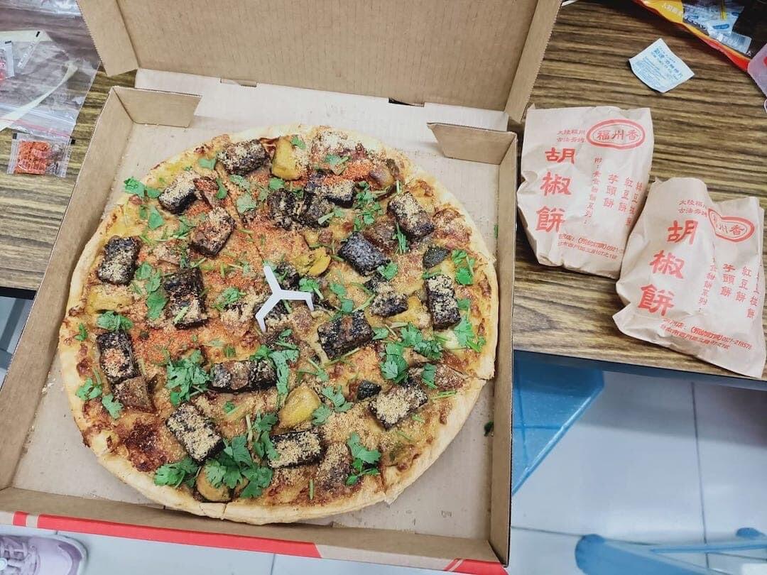台湾 ピザハット パクチーピータン豚血ケーキピザ 香菜皮蛋豬血糕 豚血餅