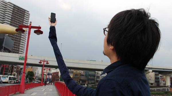 自撮り棒が恥ずかしい日本人男性、腕を長くすることを思いつくに関連した画像-07