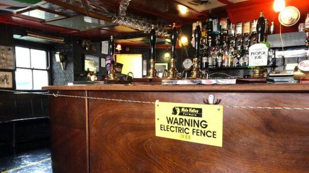 イギリス パブ 社会的距離に関連した画像-04