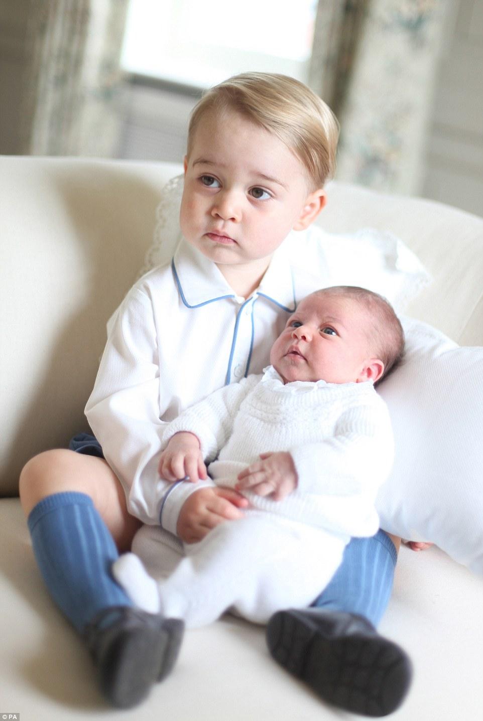 シャーロット王女にキスをする兄ジョージ王子に関連した画像-05
