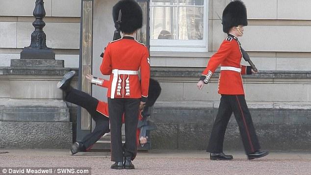バッキンガム宮殿の衛兵転倒に関連した画像-01