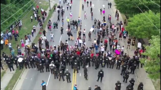 アメリカ 抗議 デモ 警察 ファイエットビルに関連した画像-06