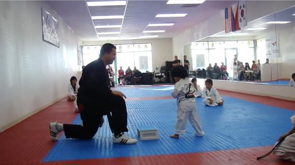 3歳の男の子が初めて板割に挑戦!に関連した画像-01