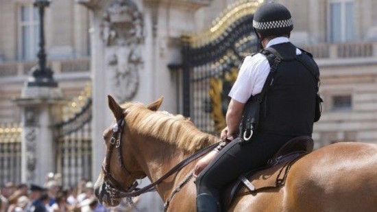 イギリスの治安を守る警察官たちの勇姿に関連した画像-01