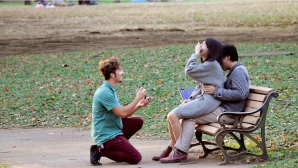 東京で知らない女性に片っ端からプロポーズしまくった外国人に関連した画像-04