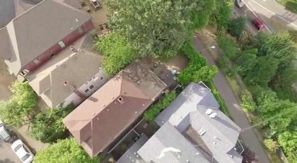 隣人の屋根上にドローンが墜落!別のドローンで救出に関連した画像-03