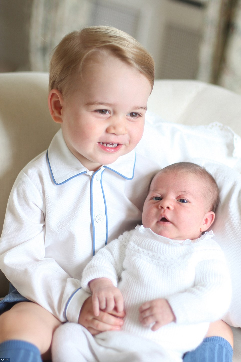 シャーロット王女にキスをする兄ジョージ王子に関連した画像-03