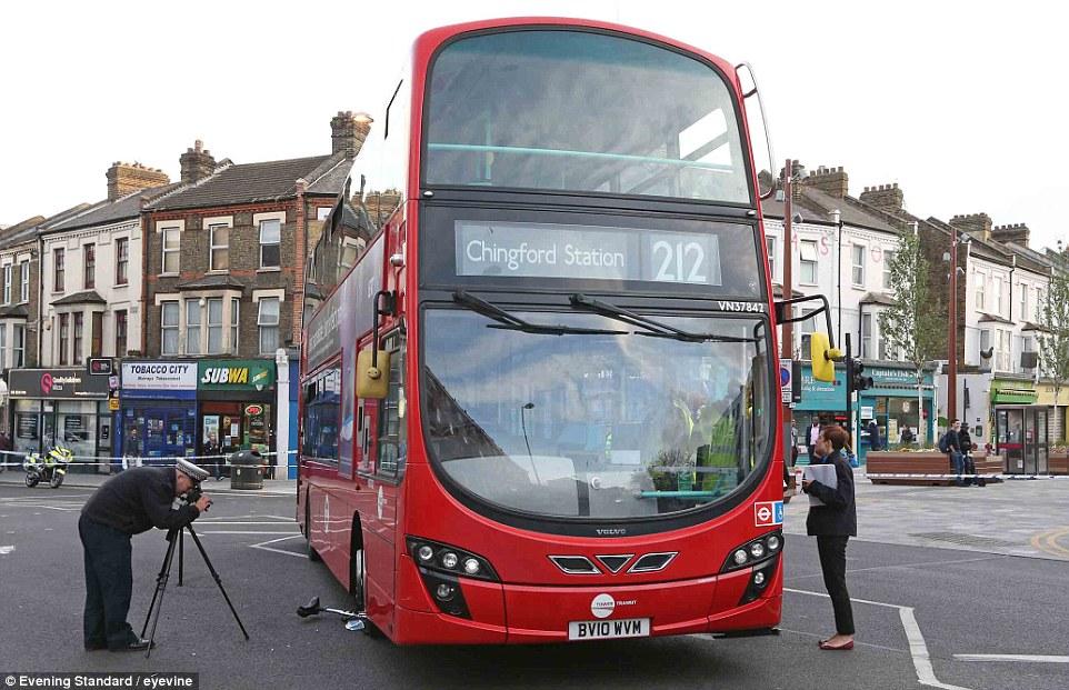 二階建てバスを押し上げユニサイクリストを救助に関連した画像-03