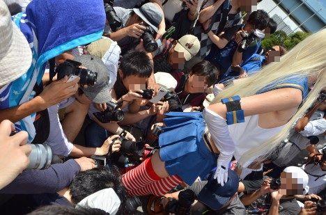 コスプレイヤーを囲むカメラ小僧(カメコ)たちに関連した画像-01