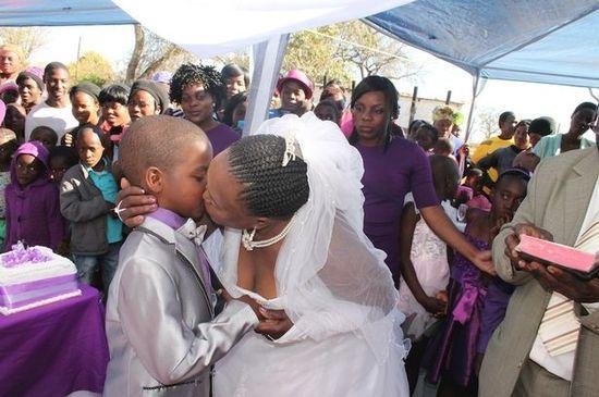 9歳の少年が62歳の女性と結婚に関連した画像-01
