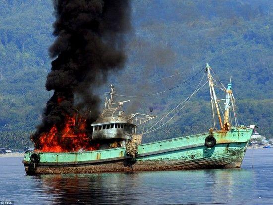 密漁船をコナゴナに爆破に関連した画像-02