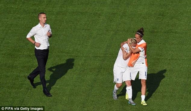 痛恨のオウンゴールで泣き崩れるイングランド選手に関連した画像-03