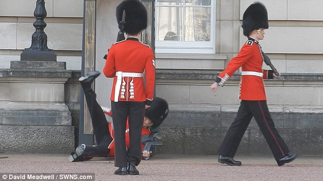 バッキンガム宮殿の衛兵転倒に関連した画像-05