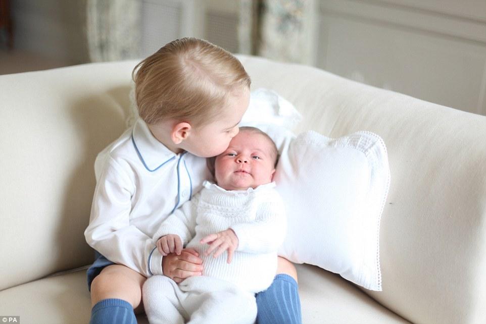 シャーロット王女にキスをする兄ジョージ王子に関連した画像-02