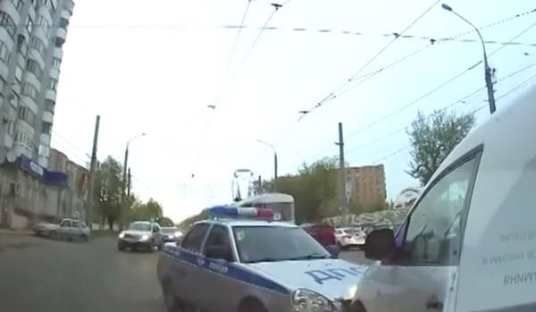 ロシアの警官が暴走車を制圧に関連した画像-02