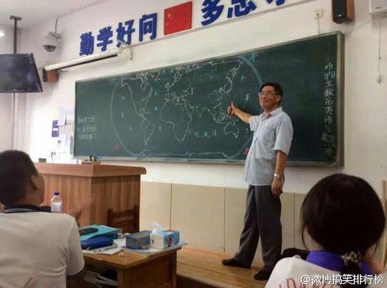 黒板にフリーハンドで世界地図を描いていく先生に関連した画像-05